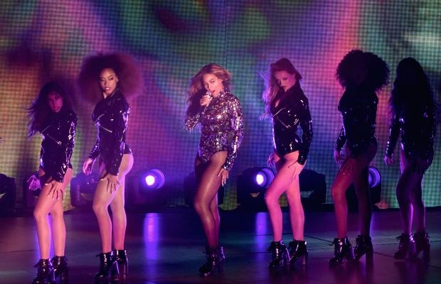Beyoncé se apresenta no palco do VMA.  (Foto: Reprodução Entertainment)