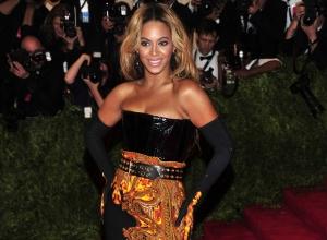Beyoncé no red carpet do MET Gala 2013 (Foto: Reprodução)