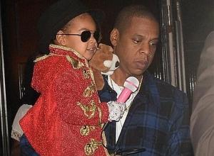 Blue Ivy foi fantasiada de Michael Jackson e Jay Z de Jason (Foto: Elder Ordonez/INFphoto.com)