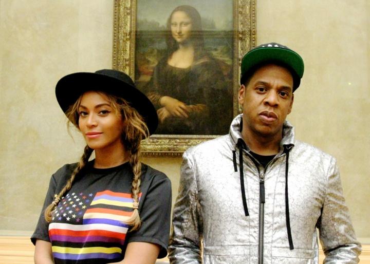 Beyoncé e Jay Z posam próximo ao quadro de 'Monalisa' no museu do Louvre, em Paris (Foto: Divulgação/Beyonce.com)