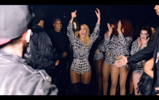 Beyoncé e equipe nos bastidores da turnê 'The Mrs. Carter Show' (Foto: Reprodução)