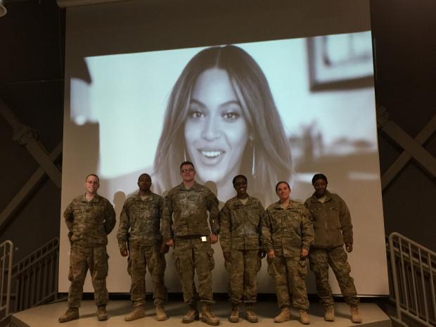 Militares dos EUA assistiram a show e mensagem especial de Beyoncé no réveillon 2015 (Foto: Divulgação)