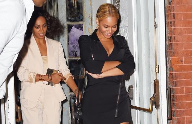 Beyoncé e Solange são fotografadas após jantarem restaurante 'ABC Kitchen', em NY (Foto: Reprodução)