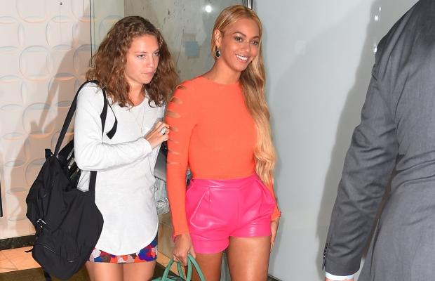 Beyoncé é fotografada ao deixar um estúdio de gravação em NY; maio de 2015 (Foto: Reprodução)