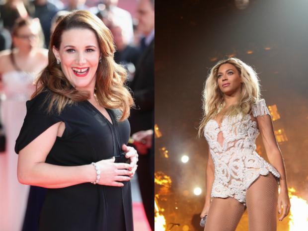 Sam Bailey (esq.), Beyoncé (dir.) em show da turnê 'Mrs. Carter Show' (Foto: Reprodução/Divulgação)