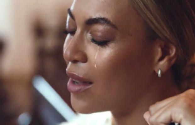 Beyoncé no clipe de 'Heaven' (Foto: Reprodução)