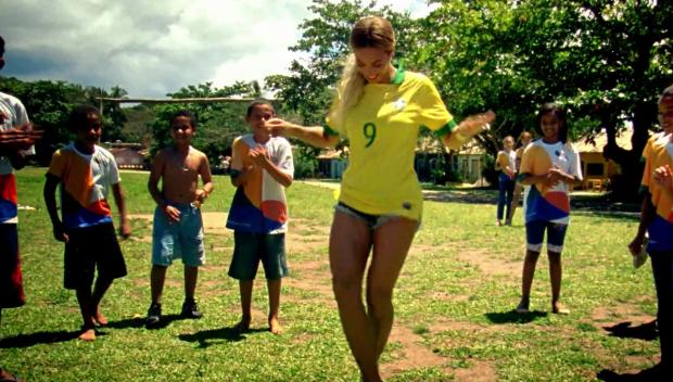 Beyoncé no clipe de 'Blue' (Foto: Reprodução)