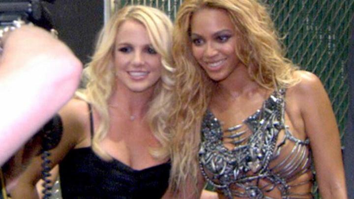 Britney Spears e Beyoncé nos bastidores do Billboard Music Awards 2011 (Foto: Reprodução)