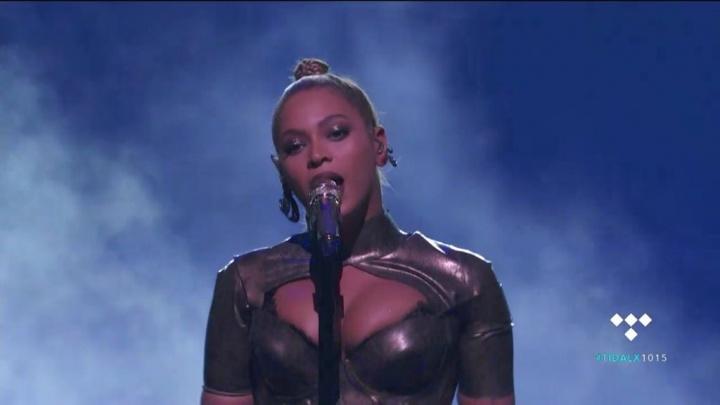 Brinco machucou a orelha de Beyoncé durante apresentação (Foto: Reprodução)