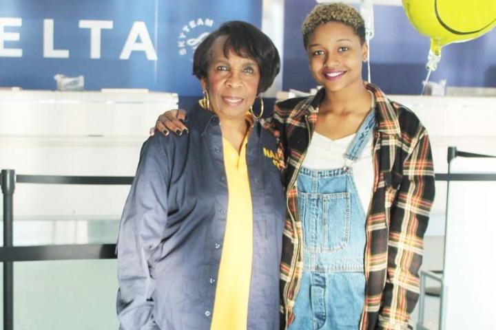 Orientadora Sandra Thompson e Aahkilah no aeroporto (Foto: Reprodução/jacksonvillefreepress)