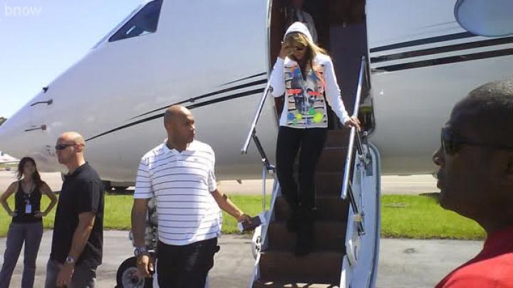 Beyoncé desembarca pela primeira vez no Brasil, em Florianópolis - 4 fev. 2010 (Foto: Reprodução)