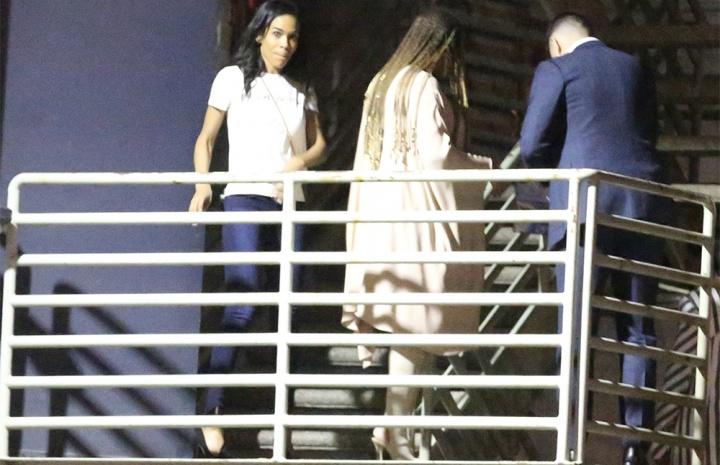 Beyoncé sai para jantar no République Restaurant (Foto: Reprodução/BeyoncéContour)