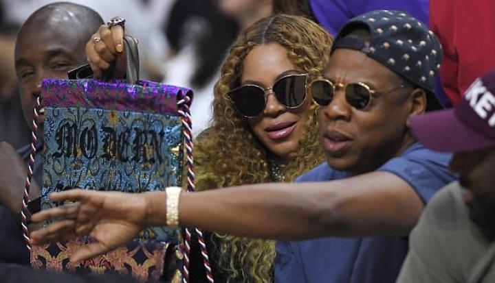 Beyoncé e Jay Z assistem ao jogo no Staples Center (Foto: Reprodução)