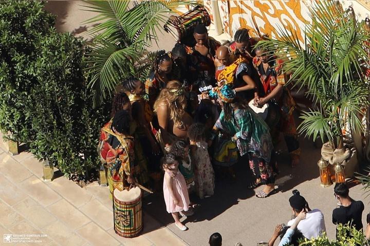 Beyoncé com a barriga de fora em sua 'Push Party' (Foto: Reprodução/Beyonce-Contour)
