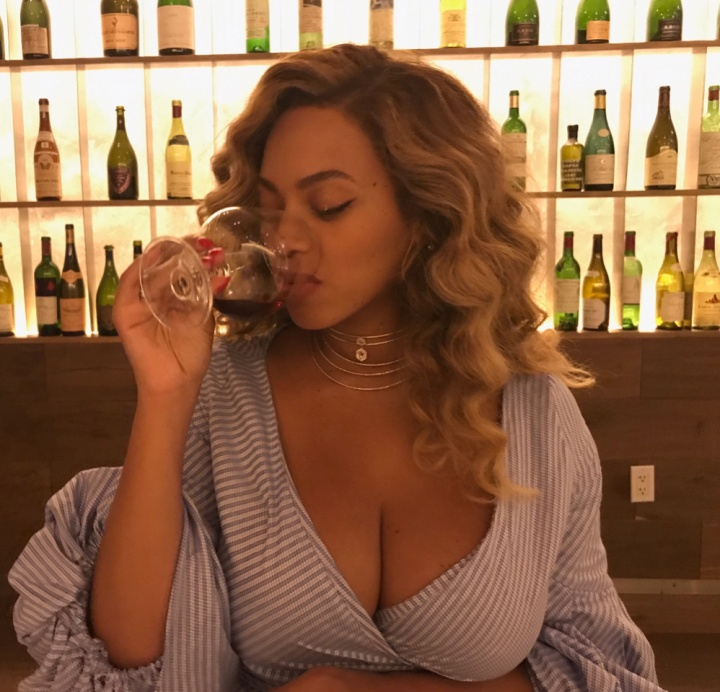 Beyoncé publicou foto bebendo vinho durante amamentação (Foto: Reprodução/Instagram)