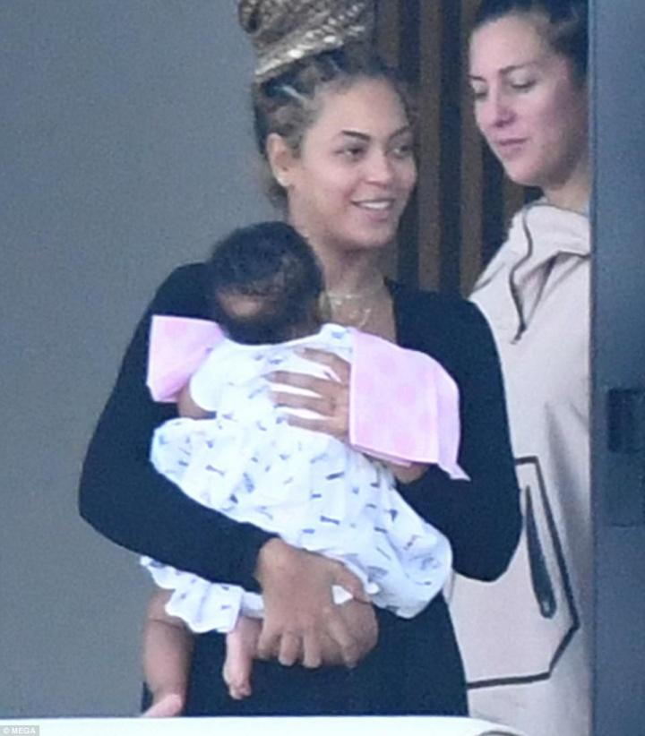 Beyoncé carrega Sir Carter (Foto: Reprodução/Daily Mail)