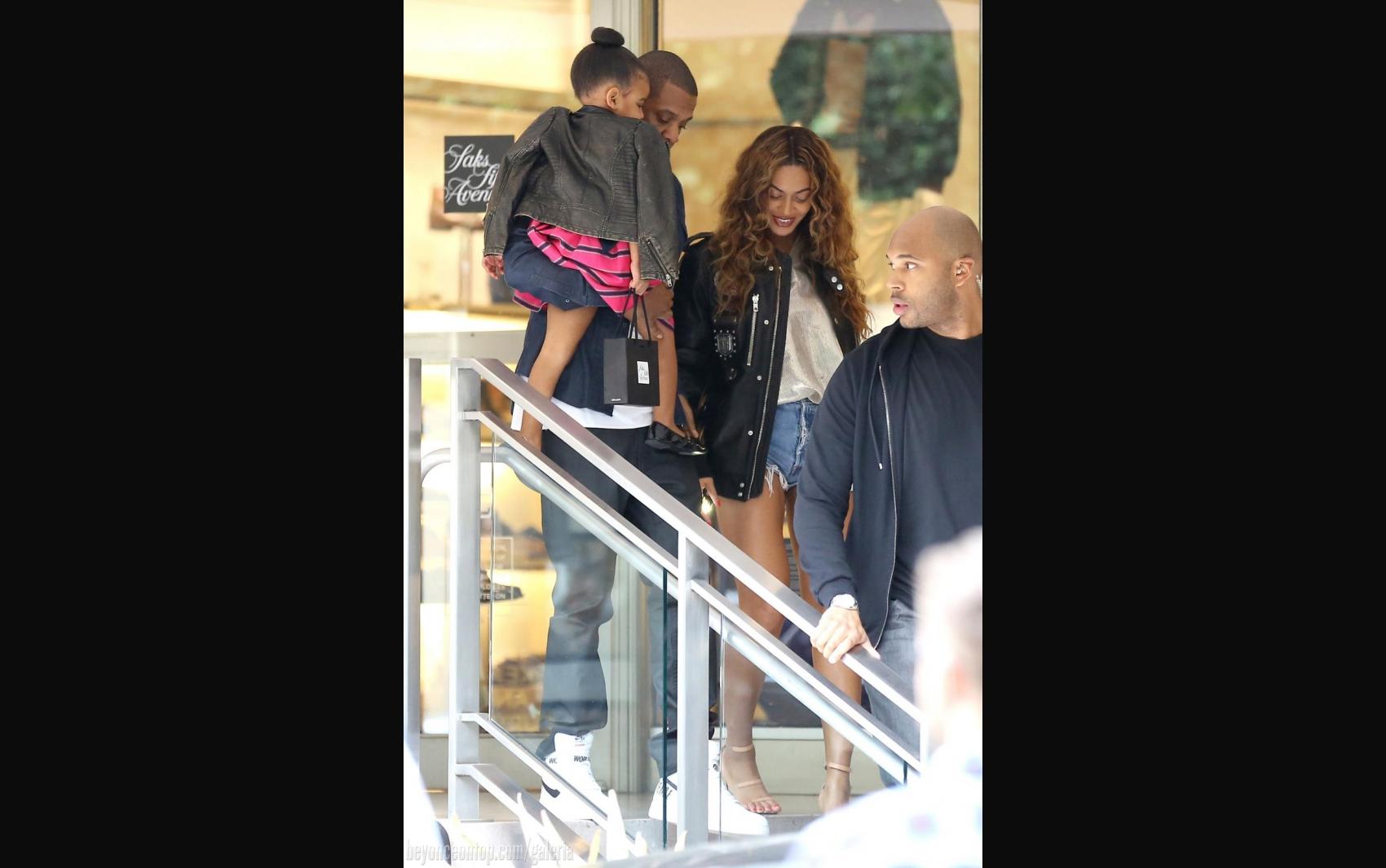 Família foi fotografada ao passear por Beverly Hills; 11 de outubro 2014