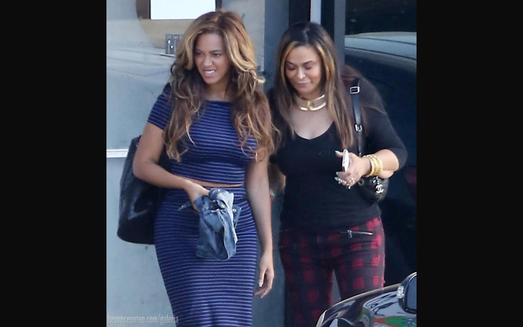 Beyoncé fotografada saindo de restaurante com sua família em Los Angeles, jan. de 2015