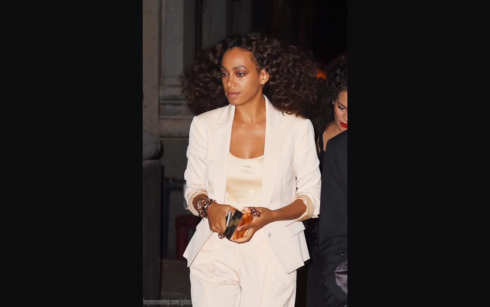 Solange é fotografada após jantar com Beyoncé no restaurante 'ABC Kitchen', em NY