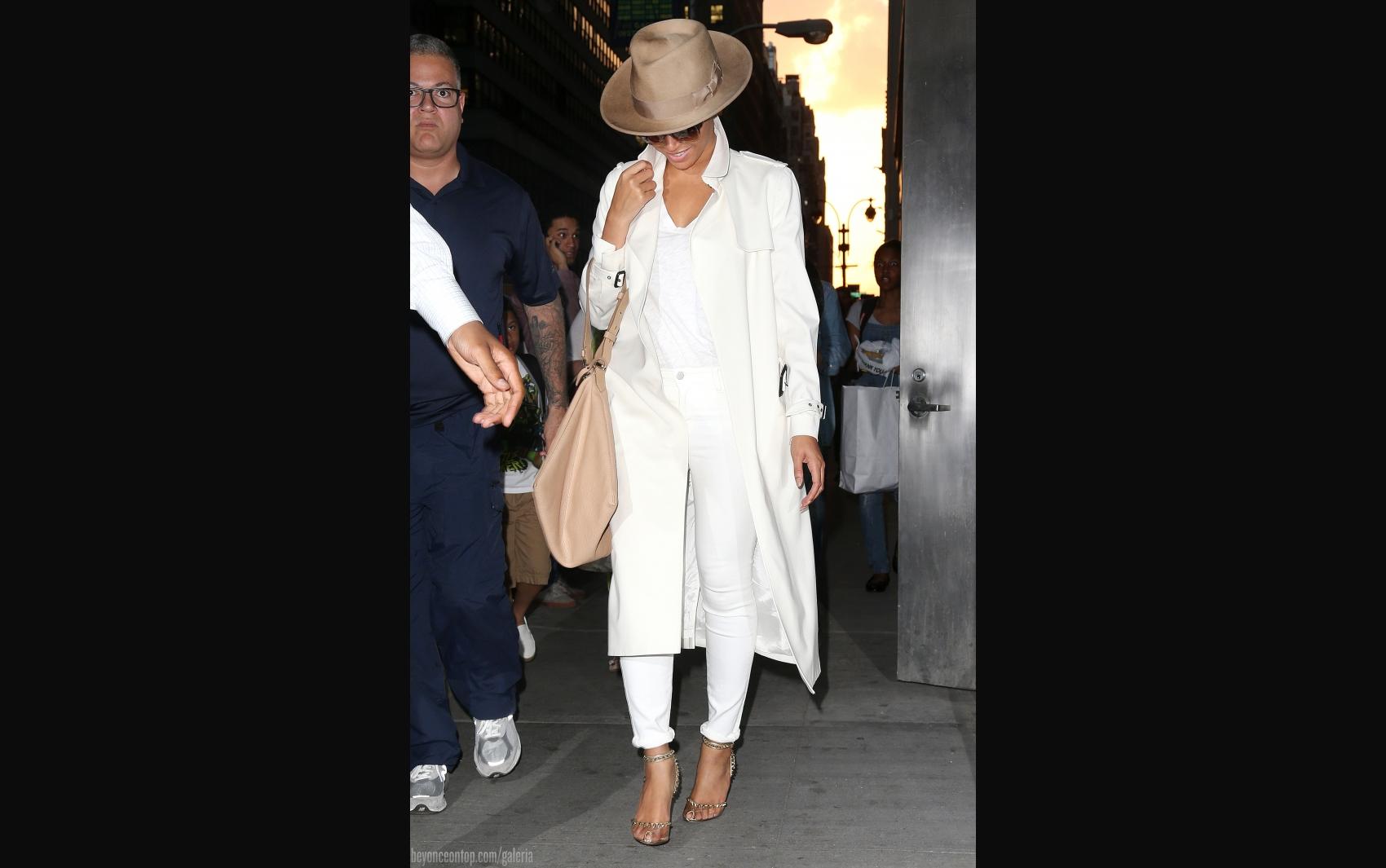 Beyoncé é fotografada ao sair de seu escritório em NY, maio de 2015