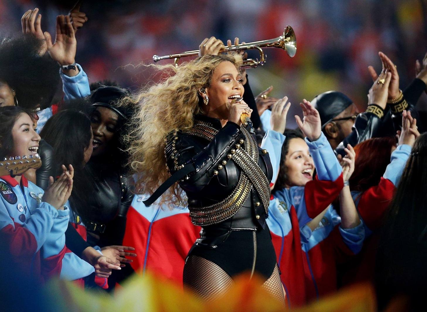 Beyoncé se apresenta com Coldplay e Bruno Mars no Super Bowl